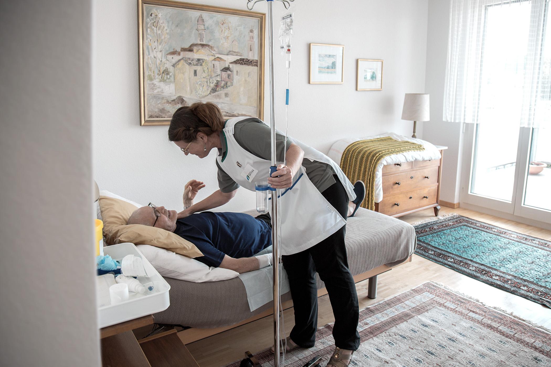 Eine Mitarbeiterin kümmert sich um einen Klienten.